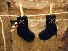 Handgestrickte Babysocken, schwarz mit weißem Totenkopf